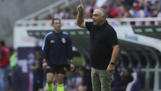 Memo Vázquez le da indicaciones a su pupilos en juego vs Chivas