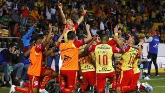 Los jugadores de Morelia celebran después del gol a Veracruz