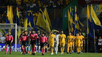 Los jugadores de Tigres previo a un partido en el estadio Universitario