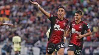 Jugadores de Atlas festejan un gol contra América