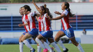 Chivas Femenil celebra una anotación contra Cruz Azul