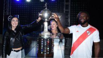 Kofi Kingston, Sonya Deville y Mandy Rose con la Copa Libertadores