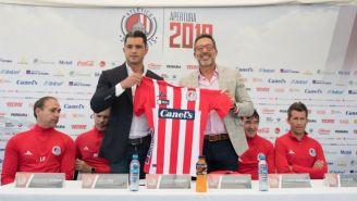 Alberto Marrero junto a Gustavo Matosas posando con la playera de Atlético San Luis