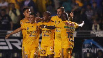 Jugadores de Tigres, en festejo de gol en el Volcán