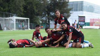 Jugadores de Atlas Sub 17 celebran anotación contra Chivas