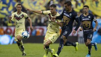 Guido Rodríguez y Andrés Iniestra disputan un balón
