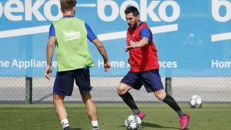 Messi conduce el balón en el entrenamietno del Barcelona