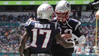Antonio Brown y Tom Brady festejan una anotación