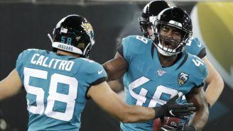Defensiva de Jacksonville festeja un fumble sobre Titans