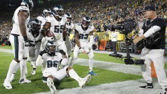 Jugadores de Philadelphia festejan anotación contra Packers