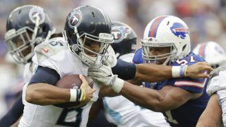 Marcus Mariota trata de evitar un tackle durante el partido ante Titans