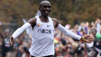 Eliud Kipchoge sonríe previo a entrar a la meta del maratón