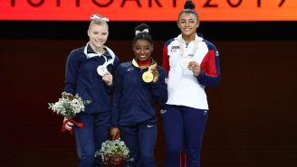 Simone Biles posa con la medalla de Oro