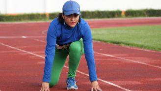 Saraí Villalba se prepara para una práctica en la pista