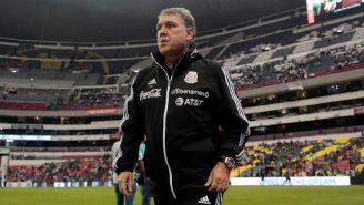 Tata Martino en la cancha del Estadio Azteca