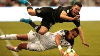 Chucky Lozano sufre una dura barrida durante el juego vs Panamá