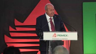 Carlos Romero Deschamps durante un evento con Pemex