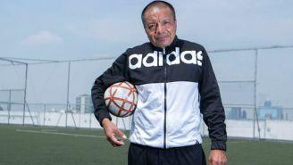 El profe Téllez posa en el campo de futbol