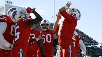 Jugadores de los Bills celebran una anotación