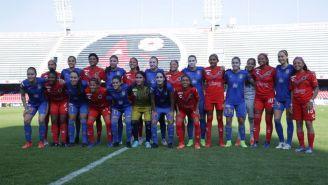 Jugadoras de Tigres y Veracruz se abrazan para la foto de la J15