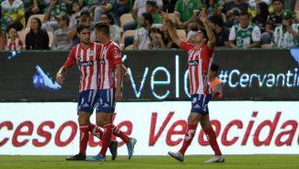 Jugadores de San Luis festejan un gol contra León