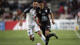 Víctor Guzmán conduciendo el balón