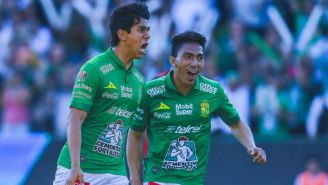 José Juan Macías y Ángel Mena celebran gol con León