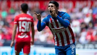 Alan Pulido festeja uno de sus goles contra Toluca