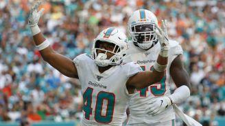 Defensivos de Miami festejan una captura a Sam Darnold