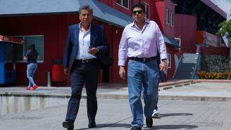 Fidel Kuri camina junto a Raúl Arias