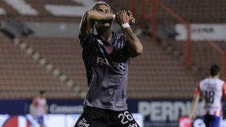 Cristian Calderón festeja un gol con el Necaxa