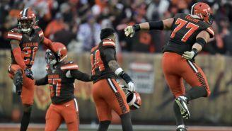 Los jugadores de los Browns festejan su tercer triunfo de la campaña