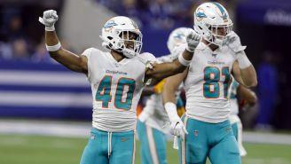 Nik Needham celebrando un Touchdown de Miami Dolphins