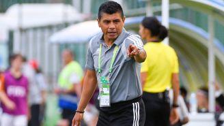 Chima Ruiz da indicaciones a sus futbolistas