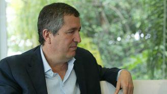 Jorge Vergara en sesión de fotos con RÉCORD