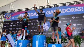 Crisanto Grajales en la premiación del Triatlón