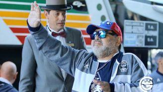 Diego Maradona saluda a los aficionados de Gimnasia y Esgrima La Plata