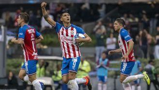 Alan Pulido festeja un gol con Chivas