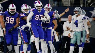 Jugadores de los Bills celebran una jugada defensiva