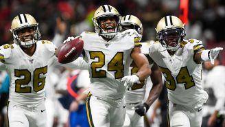 Jugadores de Saints celebran una jugada defensiva