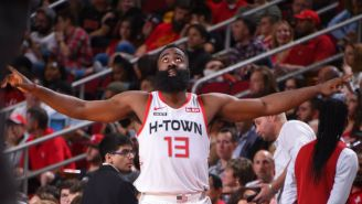 James Harden celebra una anotación en el Rockets vs Hawks