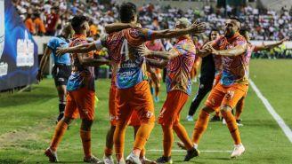 Jugadores de Alebrijes festejan un gol