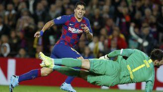Luis Suárez definiendo ante el arquero
