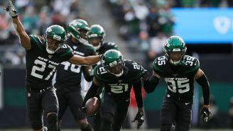 Jugadores de los Jets festejan una anotación contra Dolphins