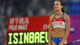 Yelena Isinbayeva previo a ejecutar un salto con la garrocha