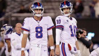 Daniel Jones y Eli Manning, durante un juego de los Giants