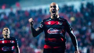 Ariel Nahuelpan festeja un gol con Xolos