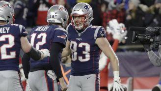 Tom Brady y Matt LaCosse festejan una anotación