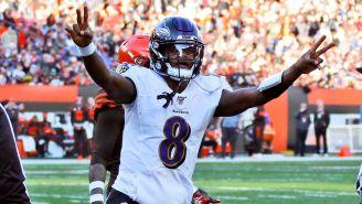 Lamar Jackson festeja un pase para touchdown