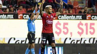 Julián Velázquez festeja una victoria con Xolos